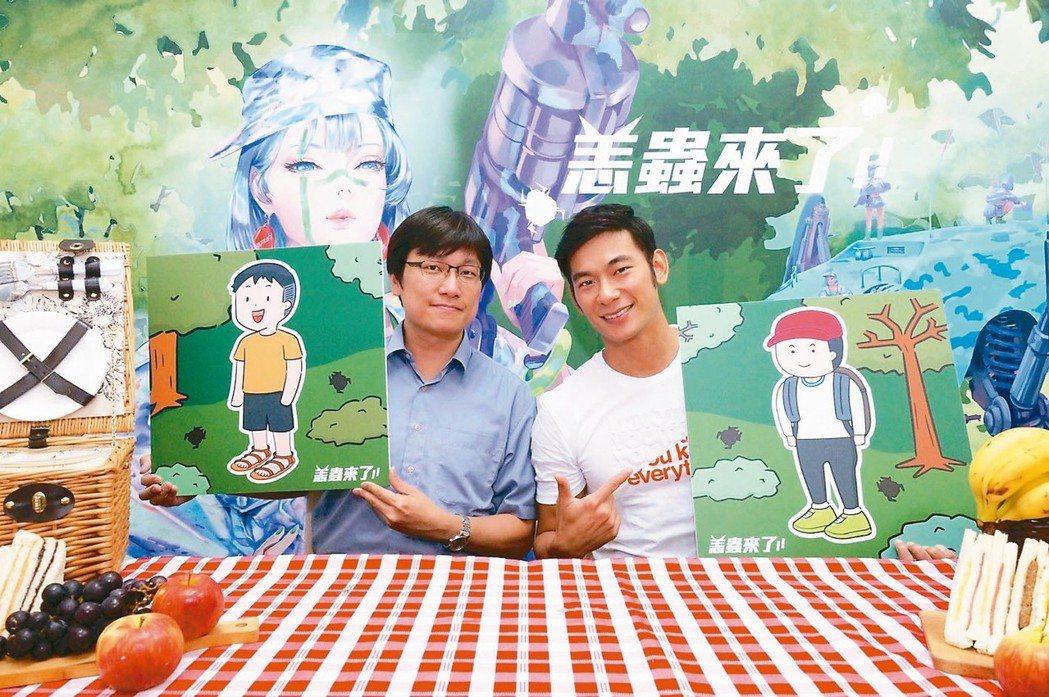 外景達人亮哲(右)與疾管署防疫醫師林詠青(左)透過「恙蟲來了」主題直播,分享恙蟲...