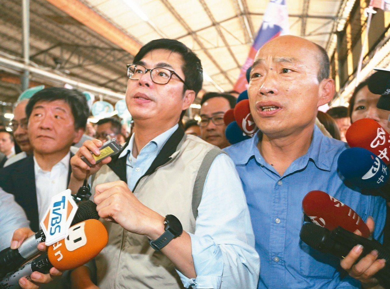 高雄市長韓國瑜(右)與行政院副院長陳其邁(中)昨前往疫區視察,兩人互動成為鏡頭焦...