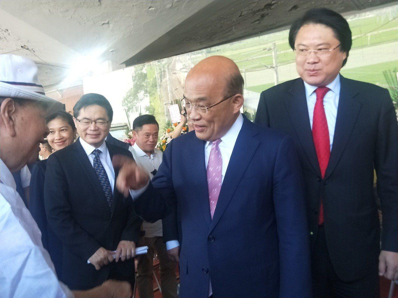 蘇揆(右二)酸高雄市長韓國瑜「一隻蚊子都治不好,還整天趴趴走想治國。」 圖/聯合...