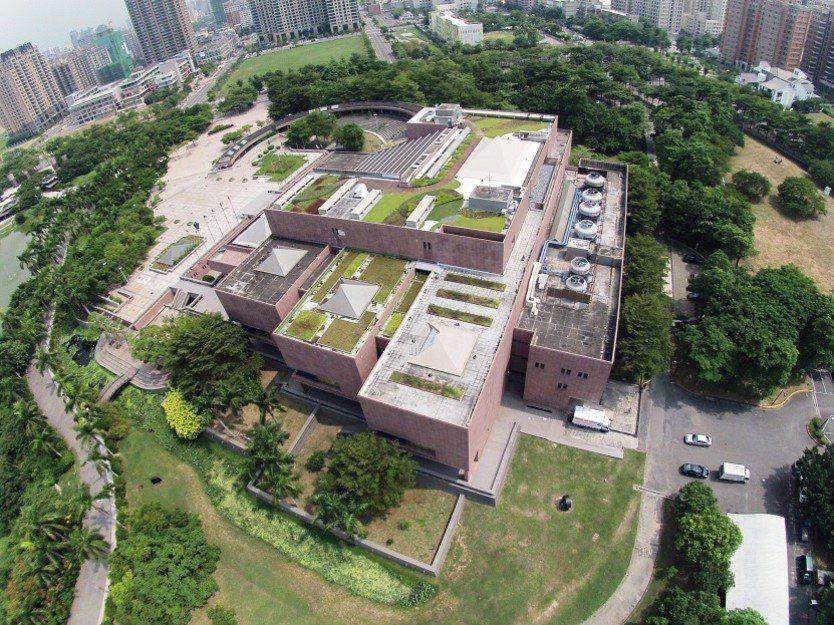 高雄市府在公有建築物高雄市立美術館,進行綠屋頂示範工程。 記者徐如宜/攝影