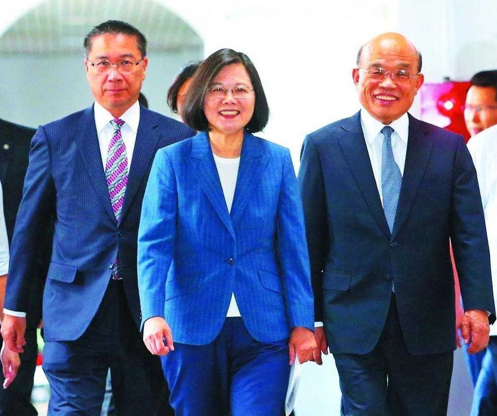 蔡英文總統(中)與行政院長蘇貞昌(右)。 圖/聯合報系資料照片
