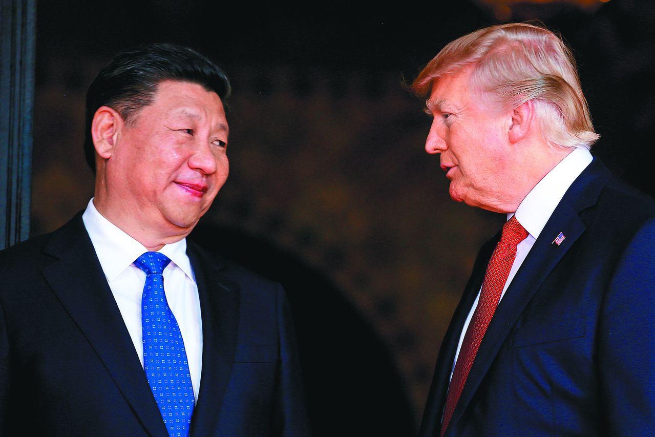 美國總統川普(右)將與中國大陸國家主席習近平在大阪G20峰會進行會談,川普18日...