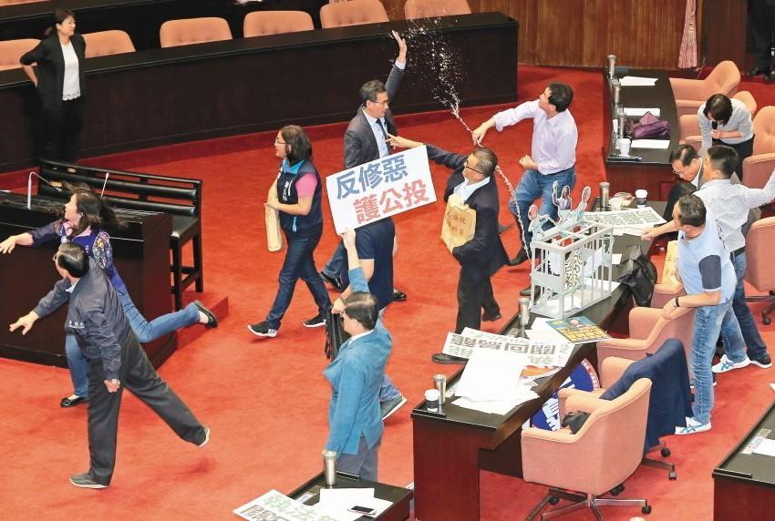 公投法日前強行三讀修正通過,國民黨團丟水球抗議。 圖/聯合報系資料照片