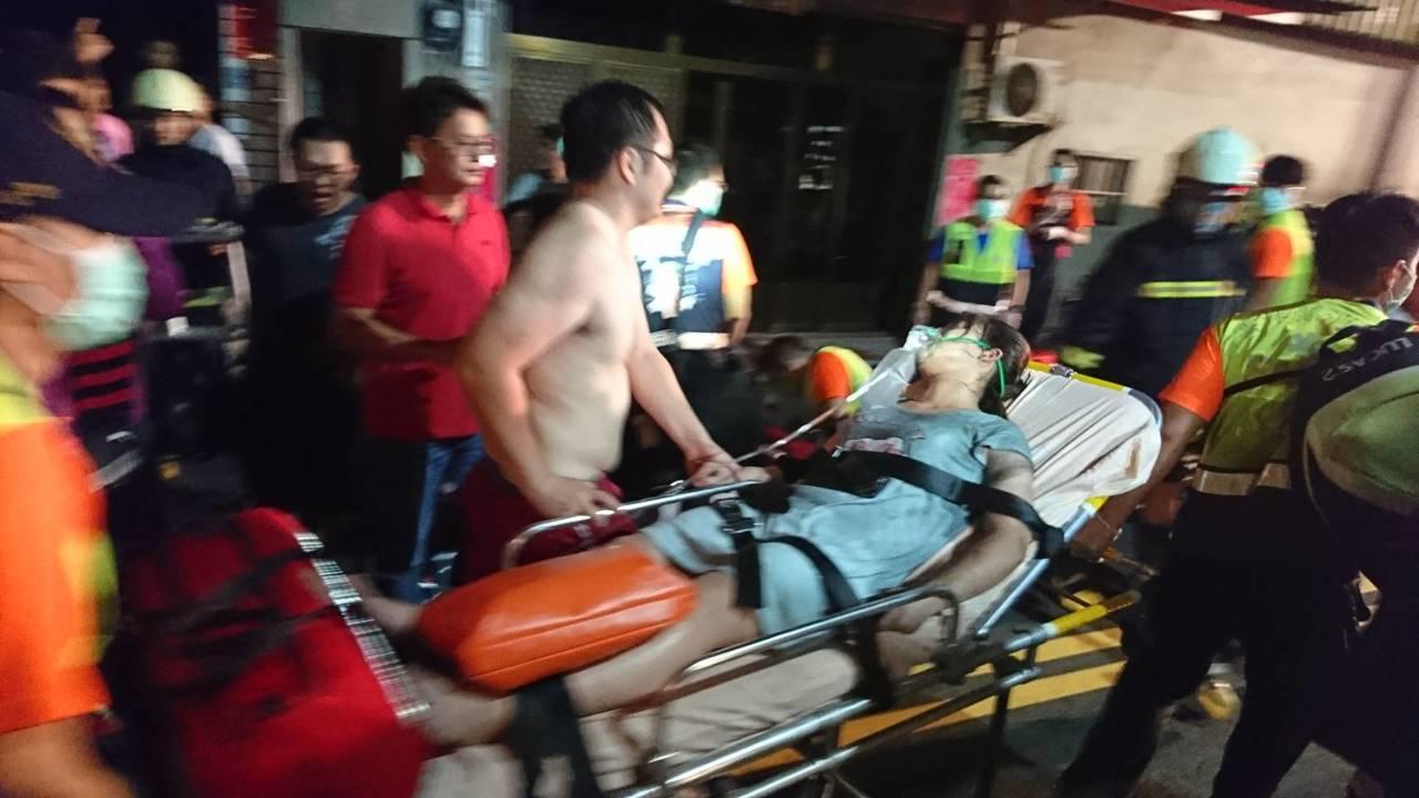 北港鬧區一家大賣場發生火警,消防員搶救受困者送醫。記者蔡維斌/攝影