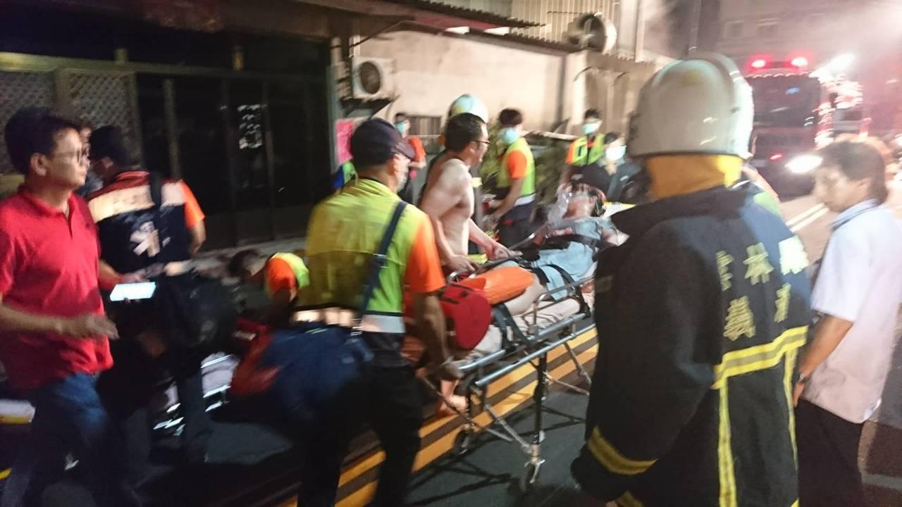 北港鬧區一家大賣場發生火警,受困者全部被救出送醫。記者蔡維斌/攝影