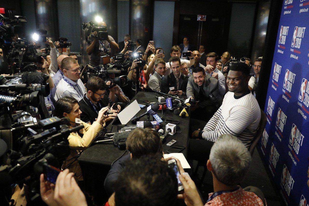 今年NBA選秀會的狀元最大熱門無疑是杜克大學新星威廉森在選秀前一天的媒體日,吸引...