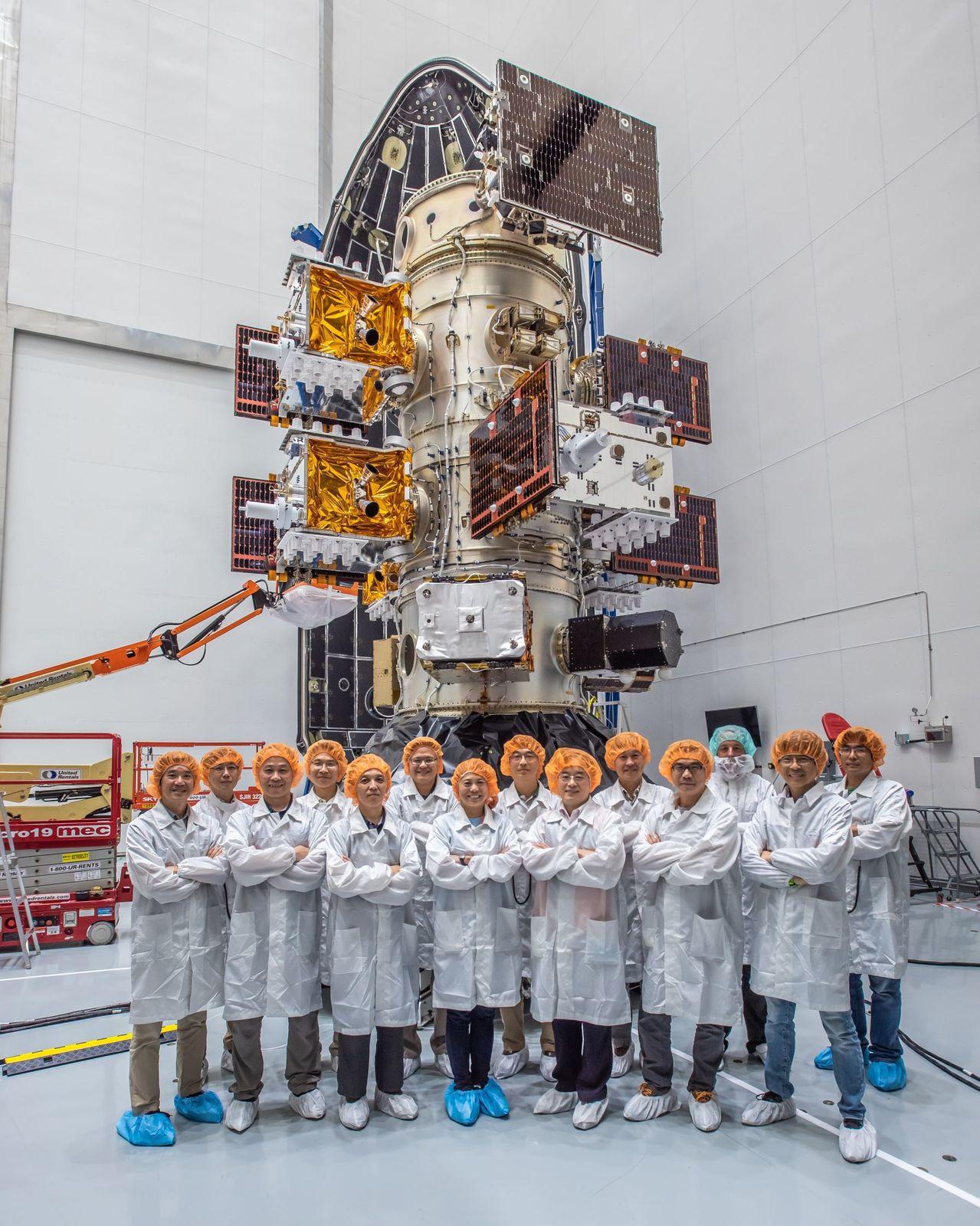福七發射準備已完成,太空中心發射團隊與6枚福衛七號及STP-2任務其他衛星合影。...