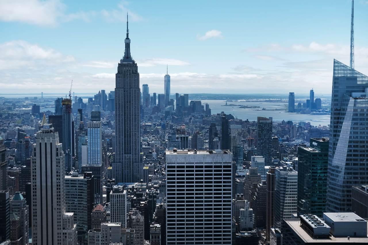 美國紐約州議會15日將「租金管制」列為永久立法,圖為曼哈坦精華地段。 (法新社)