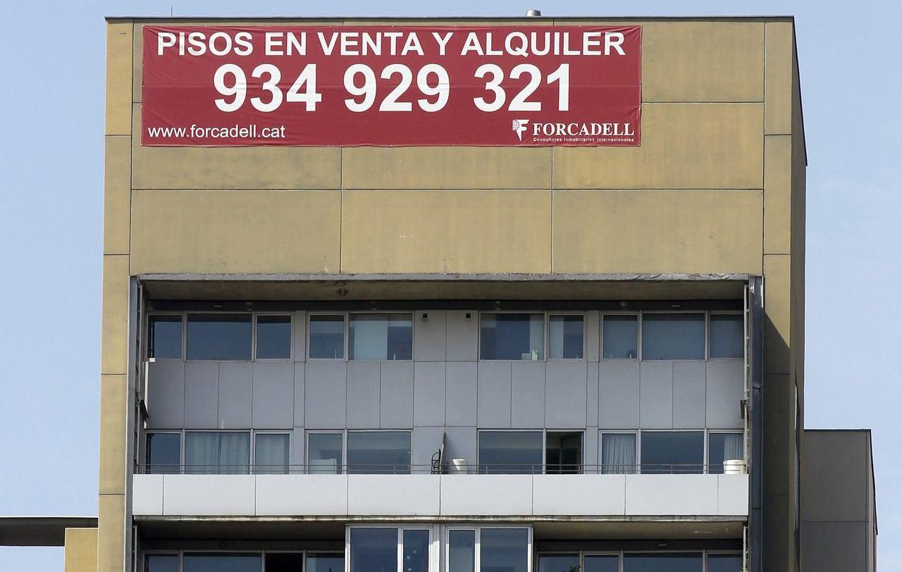 巴塞隆納雖因觀光帶來收入,卻也因此造成房租飆升,圖為市區一棟大樓張貼「公寓出租或...