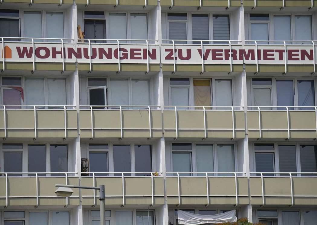 德國柏林市政府日前宣布,明年1月將立法凍漲房租5年,圖為市區一棟張貼「公寓出租」...