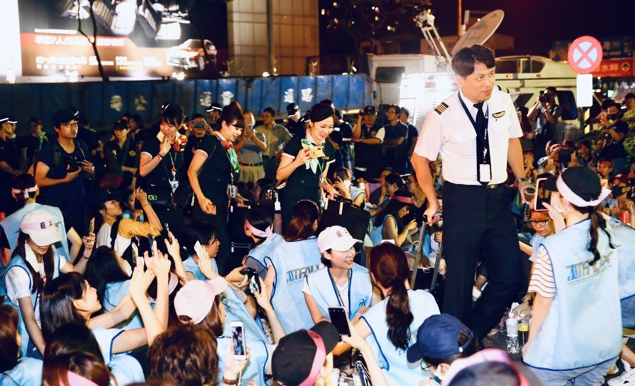 桃園市空服員工會下午突襲罷工,晚上穿制服拉行李箱的空服員和機師岀勤後回公司,幫空...