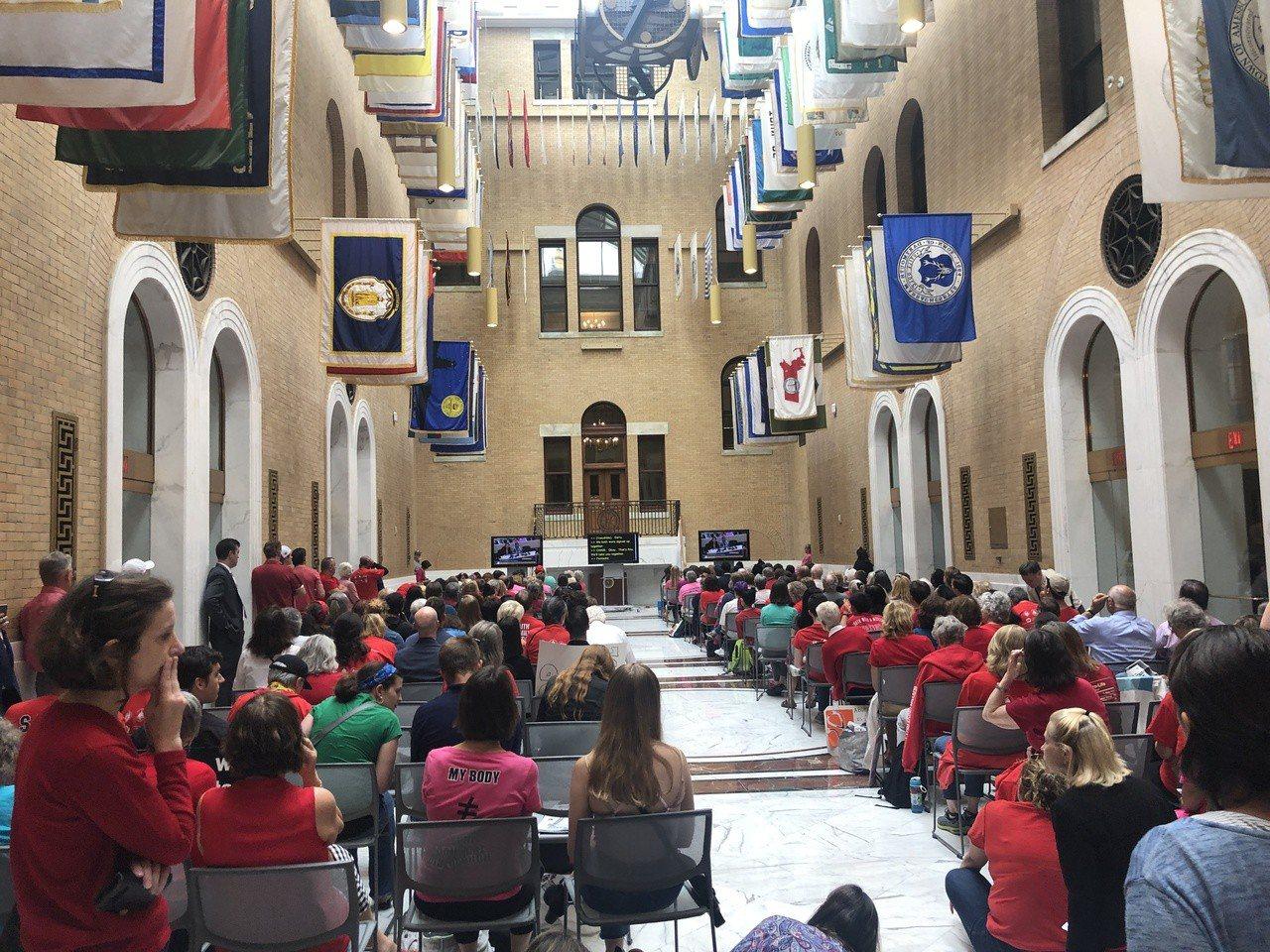 參與聽證會人數過多,州府開放兩個大廳進行現場直播。 記者劉晨懿之╱攝影