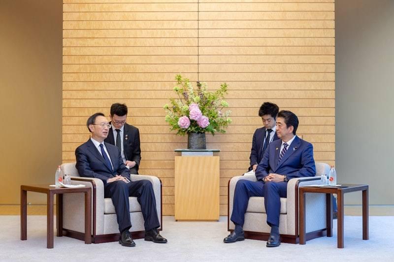 日本首相安倍晉三(右)5月會見中國中央政治局委員楊潔篪時,外界即猜測是為習近平對...