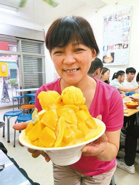 高溫狂飆,台南玉井芒果冰提前熱賣。 記者吳淑玲/攝影
