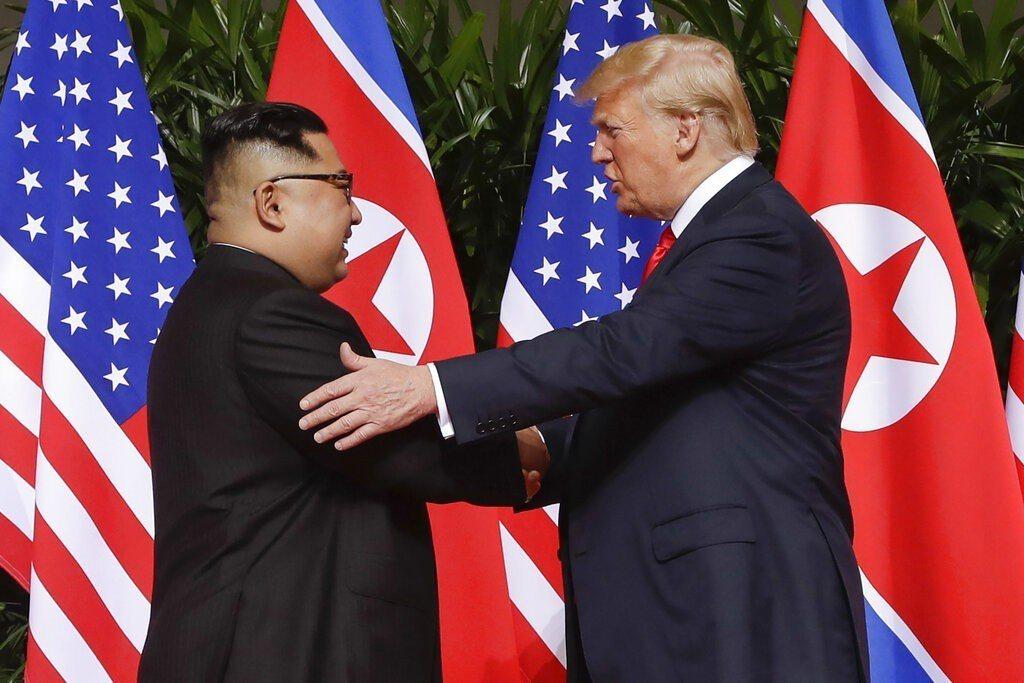 川普(右)與金正恩今年2月二度相會後,美國與北韓的外交關係就陷入停滯。 美聯社
