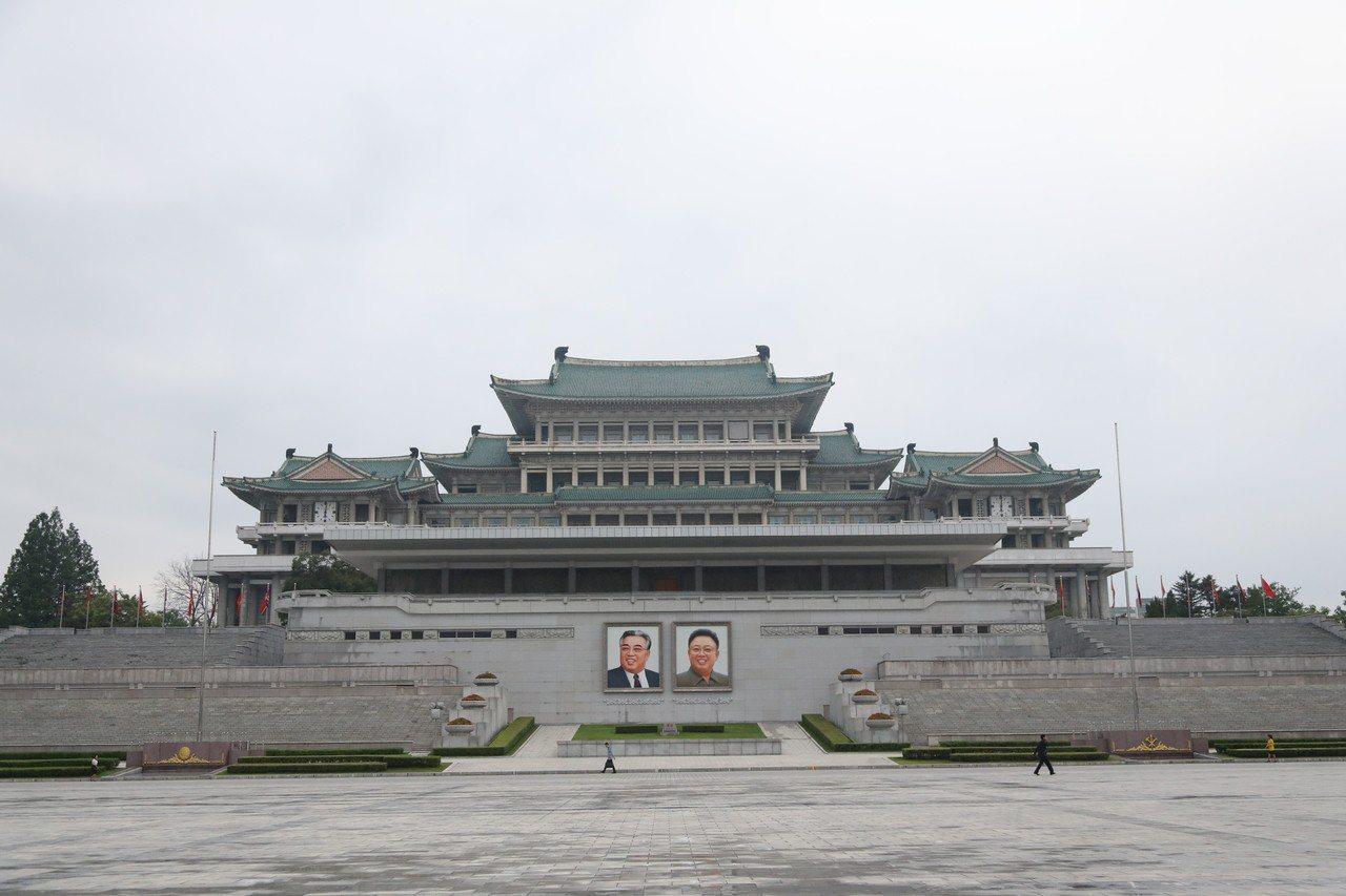 習近平已經抵達平壤展開國是訪問,這是14年來中國大陸領導人首訪北韓。圖為平壤金日...
