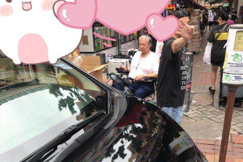 香港武打巨星洪金寶上個月被拍到坐著輪椅陪老婆到市場買菜,但面容看起來相當憔悴,還傳出他身體虛弱到連孫子都抱不動;近日他的近況曝光,氣色看起來相當好,讓影迷們相當開心。事實上,2017年洪金寶才動過膝...