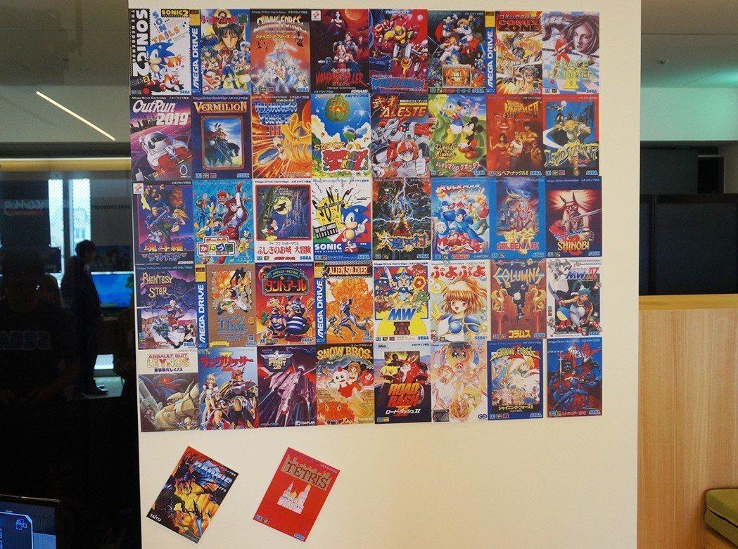 一旁的牆上貼著的遊戲封面圖片,就是這次亞洲版主機所收錄的 42 款遊戲之封面。