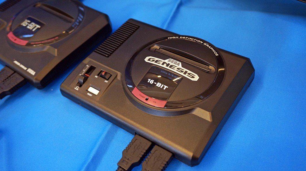 這台則是歐美版主機的模樣,上面有 Genesis 的字樣,造型、收錄的遊戲內容略...