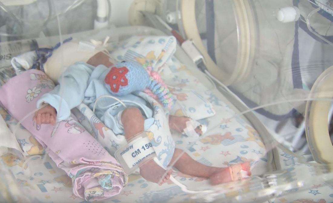 特帕基娜順利分娩後,曾對女兒露出微笑。( TOK Youtube影片截圖)