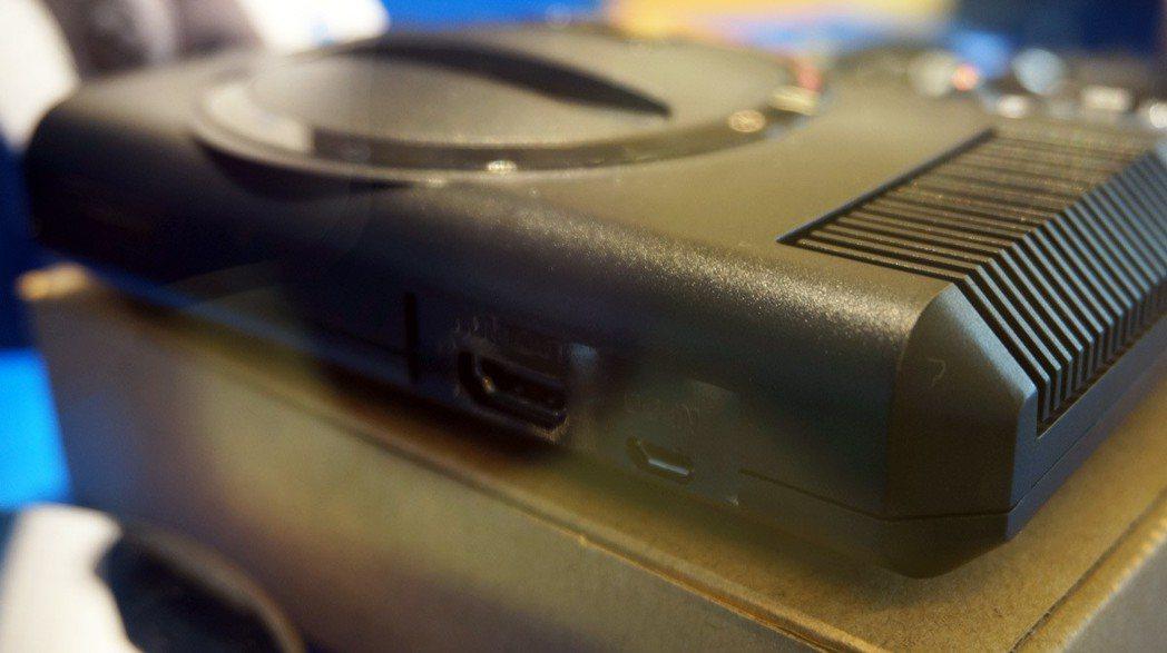 主機介面很簡單,後方僅有 HDMI 介面,以及用來供電的 Micro USB 插...