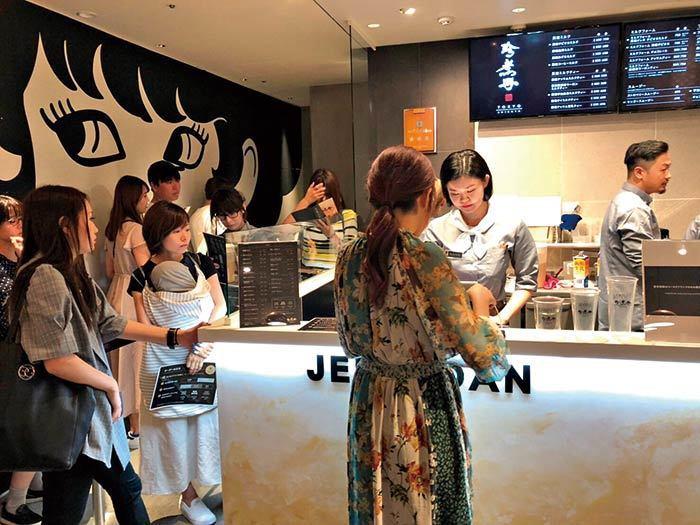 6月中,珍煮丹在日本澀谷開出首家門市,人潮不斷,一天可賣上千杯。(圖片/珍煮丹提...