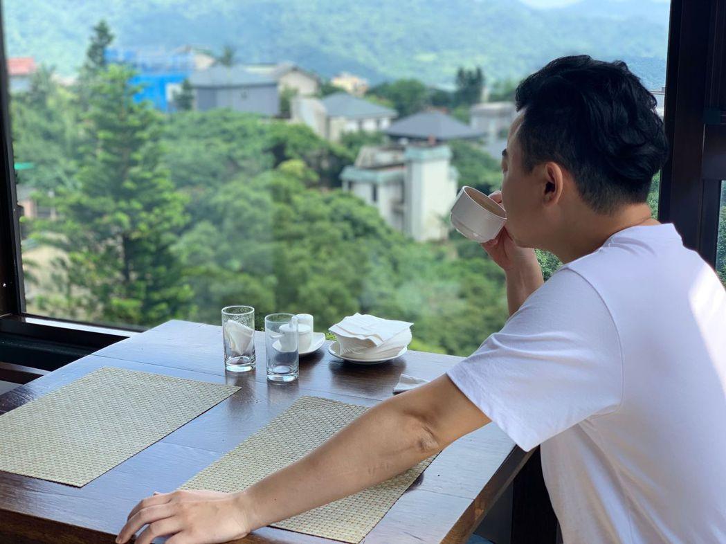 出霧書房用餐,晴朗的早晨可看到滿山的翠綠。陽明山出霧溫泉/提供