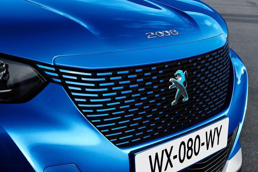 全新Peugeot e-2008在水箱護罩上的設計與內燃機車款不同。 摘自Peu...