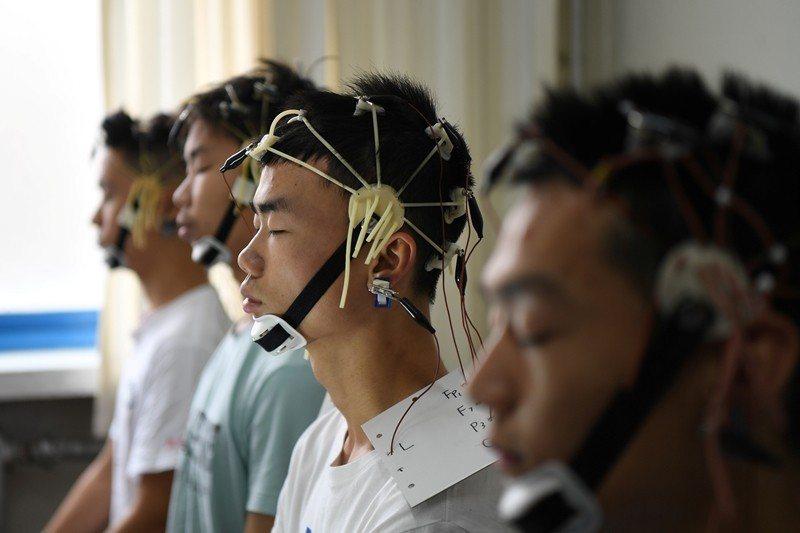 示意圖。圖為中國空軍招募時進行的腦電圖檢查,攝於2019年6月,北京。 圖/路透...