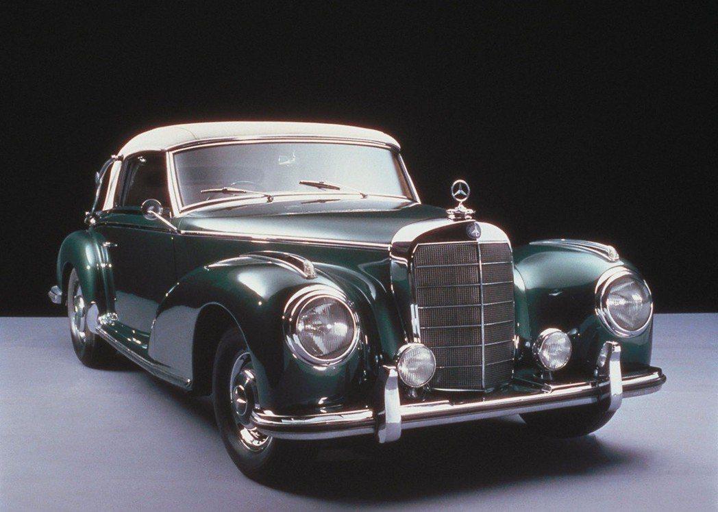1951年的Mercedes-Benz 300的金屬保險桿相當有氣勢。 摘自Me...