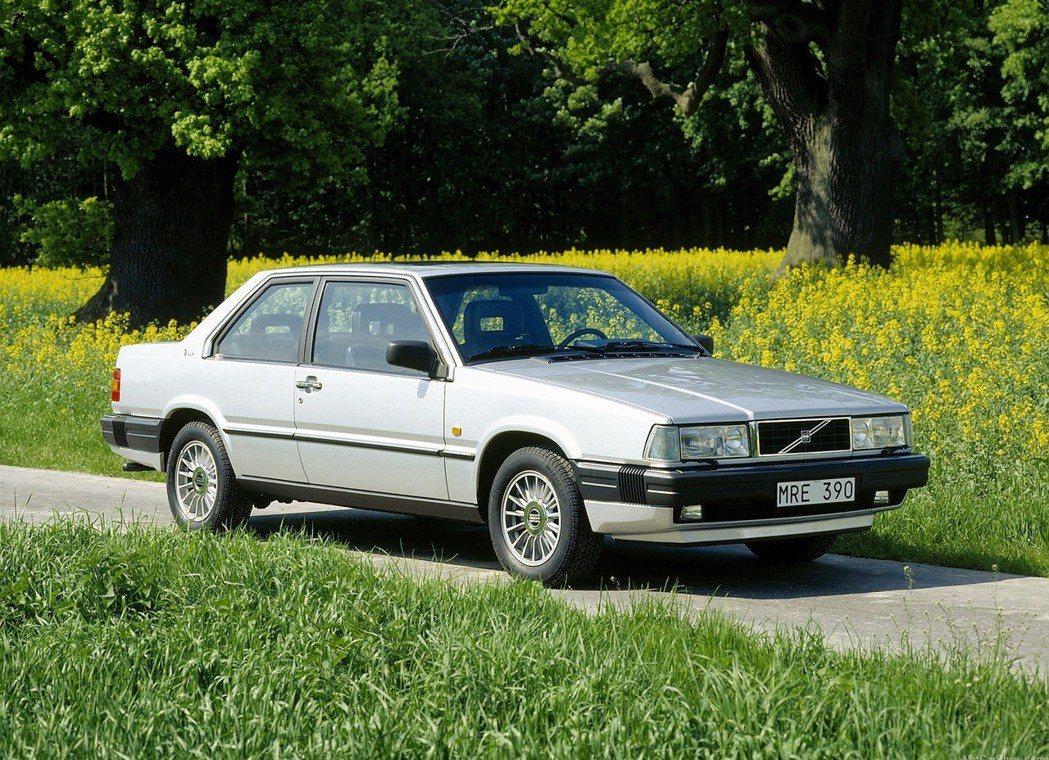 1987年的Volvo 780雖然還是採用金屬保桿,但造型已經向內縮。 摘自Vo...