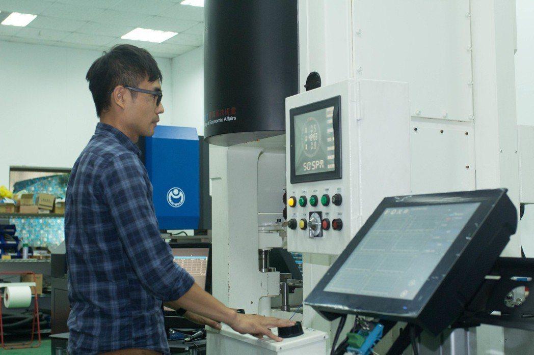 利用雲端監控系統運用在沖壓產線上,可有效查看機台狀況。             ...