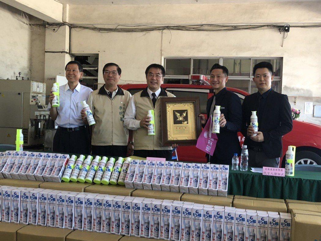 台南市長黃偉哲(左三)特別出席捐贈儀式。 愛爾麗國際醫療集團/提供