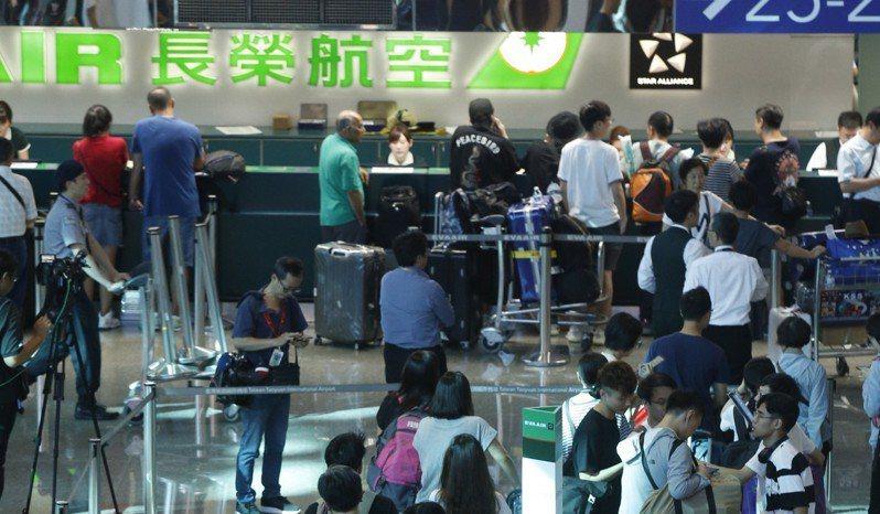 長榮空服員20日下午4點開始罷工,桃園機場第二航廈長榮櫃台前開始湧現排隊民眾。記者鄭超文/攝影