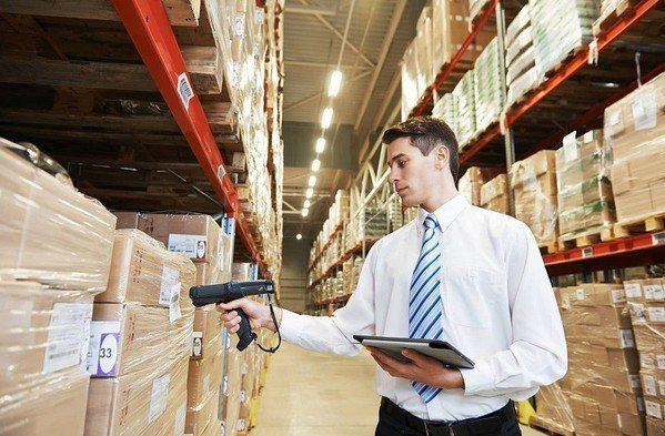 圖2 : 透過手持式終端設備讀取商品的條碼或RFID標籤,是目前倉儲物流管理的最...