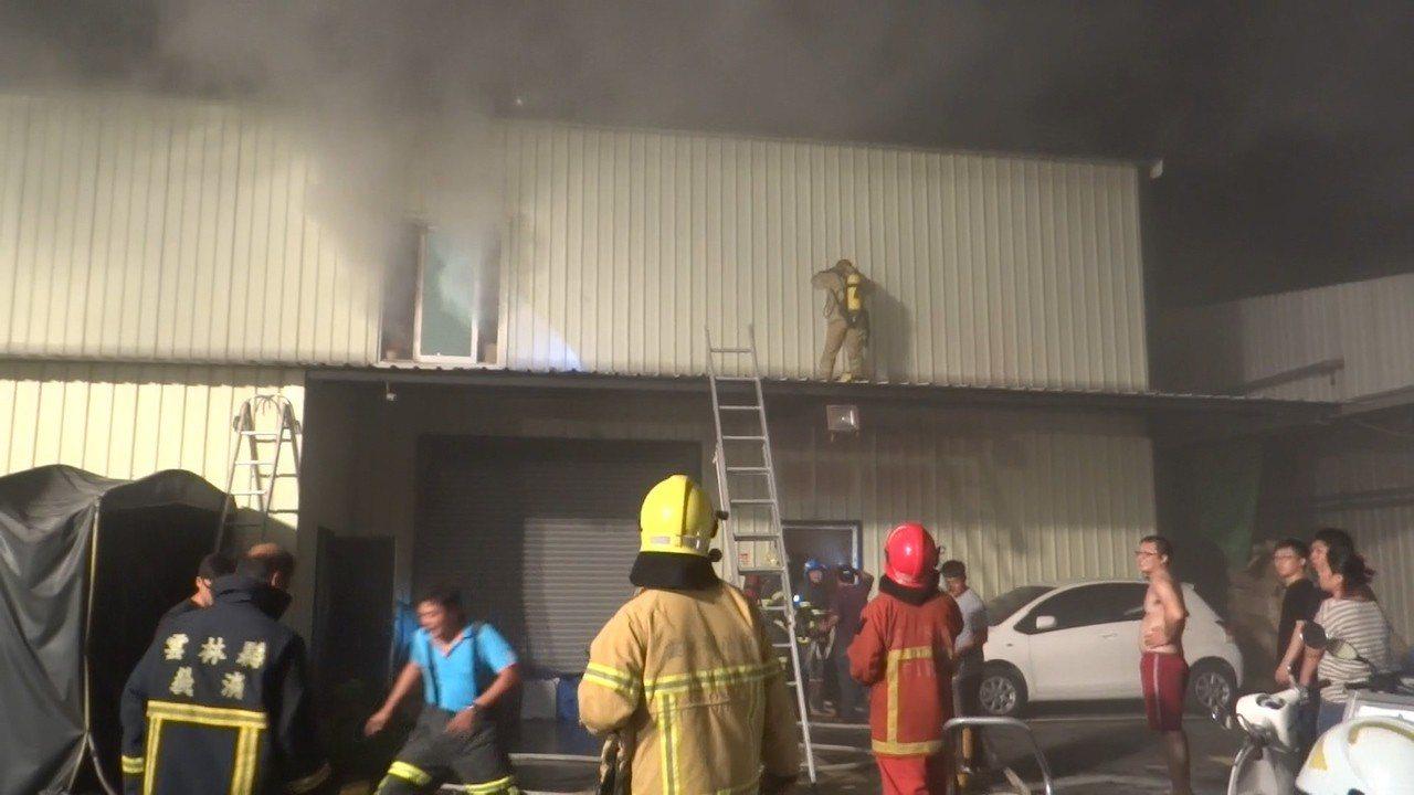 北港鬧區一家大賣場發生火警,6人受困,消防隊全力搶救。記者蔡維斌/攝影