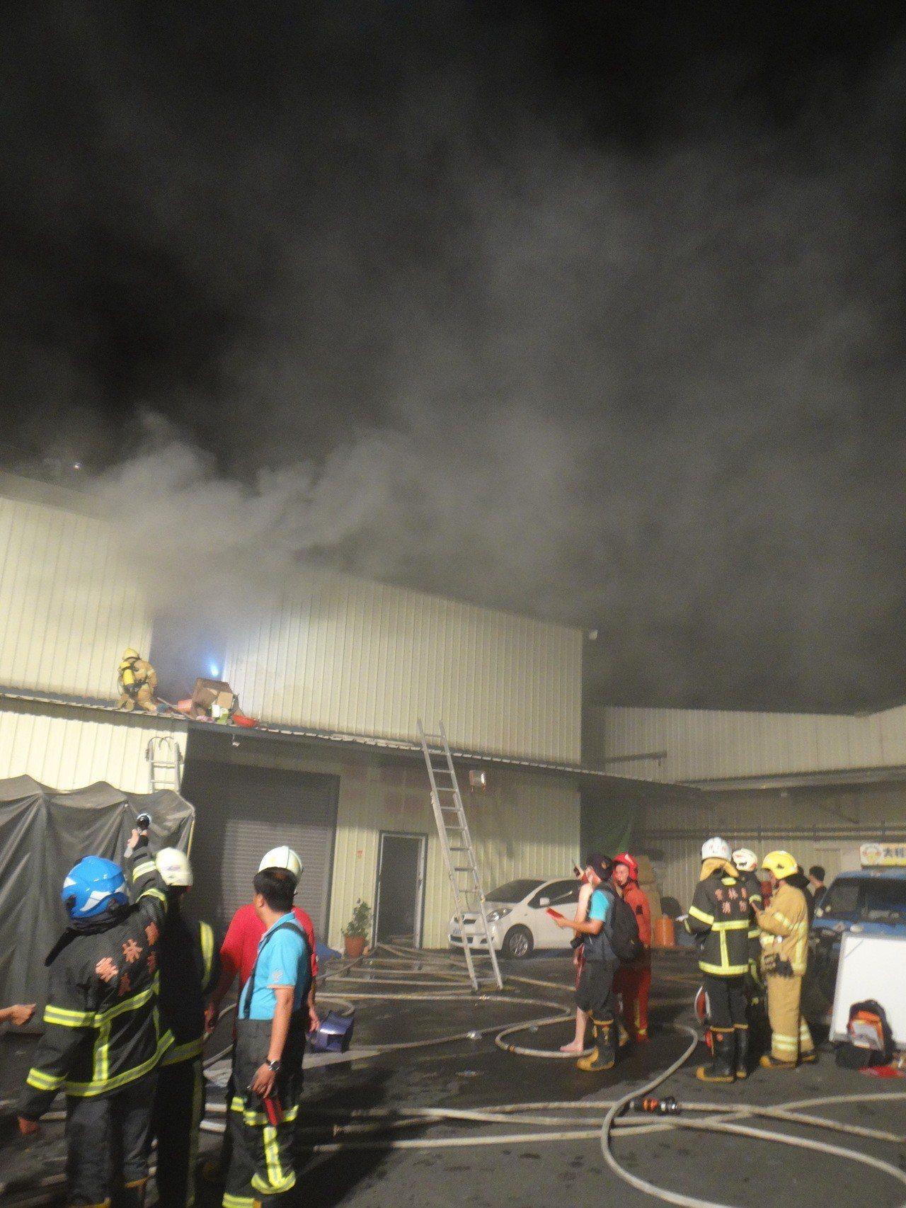 北港鬧區一家大賣場發生火警,消防隊全力搶救。記者蔡維斌/攝影