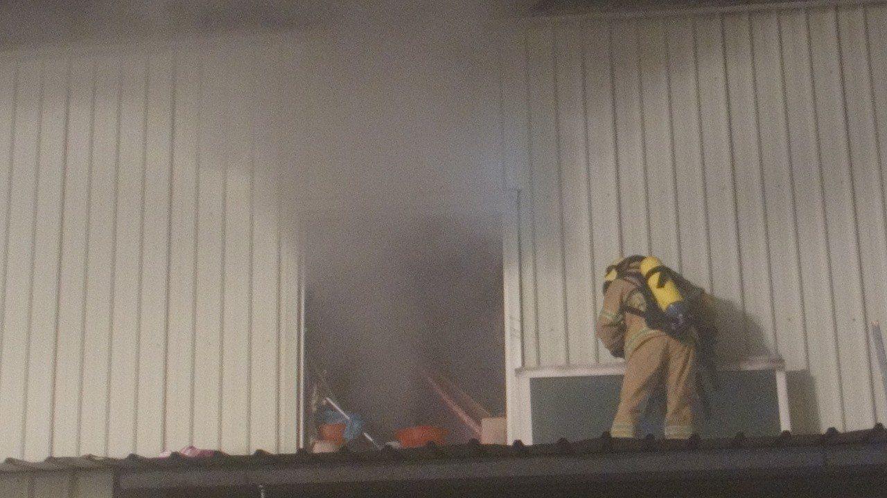 消防員試圖從二樓窗戶進入救人。記者蔡維斌/攝影