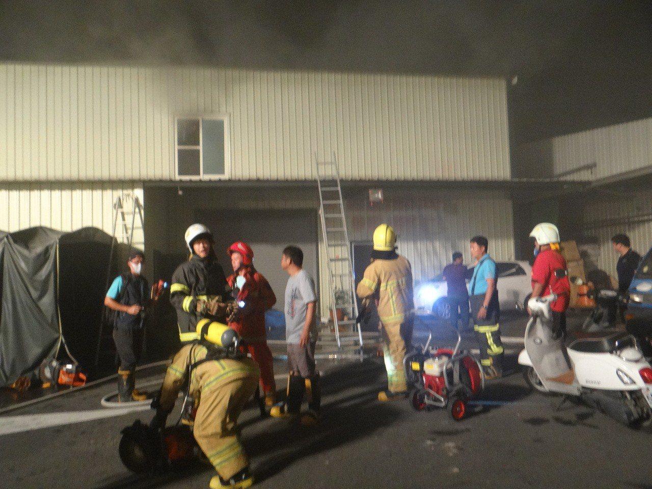 北港鬧區一家大賣場發生火警,6人受困,情況危急,消防隊全力搶救。記者蔡維斌/攝影