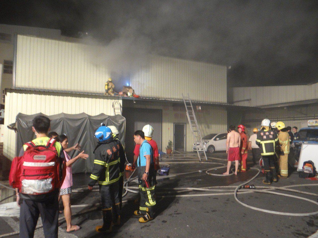 北港鬧區一家大賣場發生火警,情況危急。記者蔡維斌/攝影