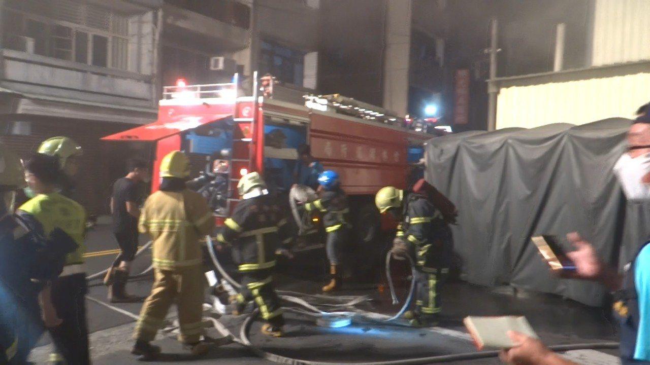 北港鬧區一家大賣場發生火警,七人受困,情況危急,消防隊全力搶救。記者蔡維斌/攝影