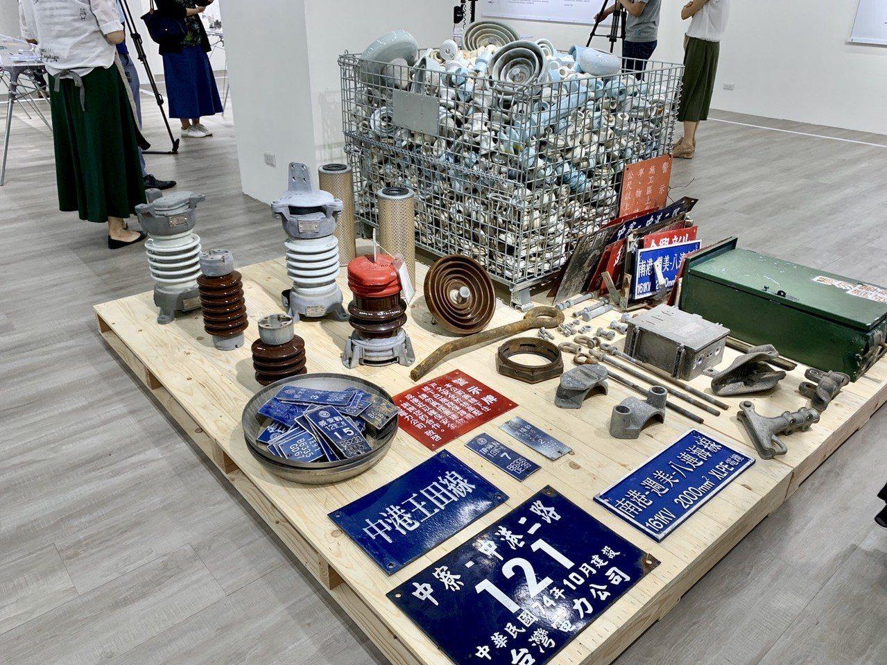 台電文創特展首度揭秘明星商品煤灰杯墊製作過程,並將近千顆廢棄陶瓷礙子直接搬到展場...