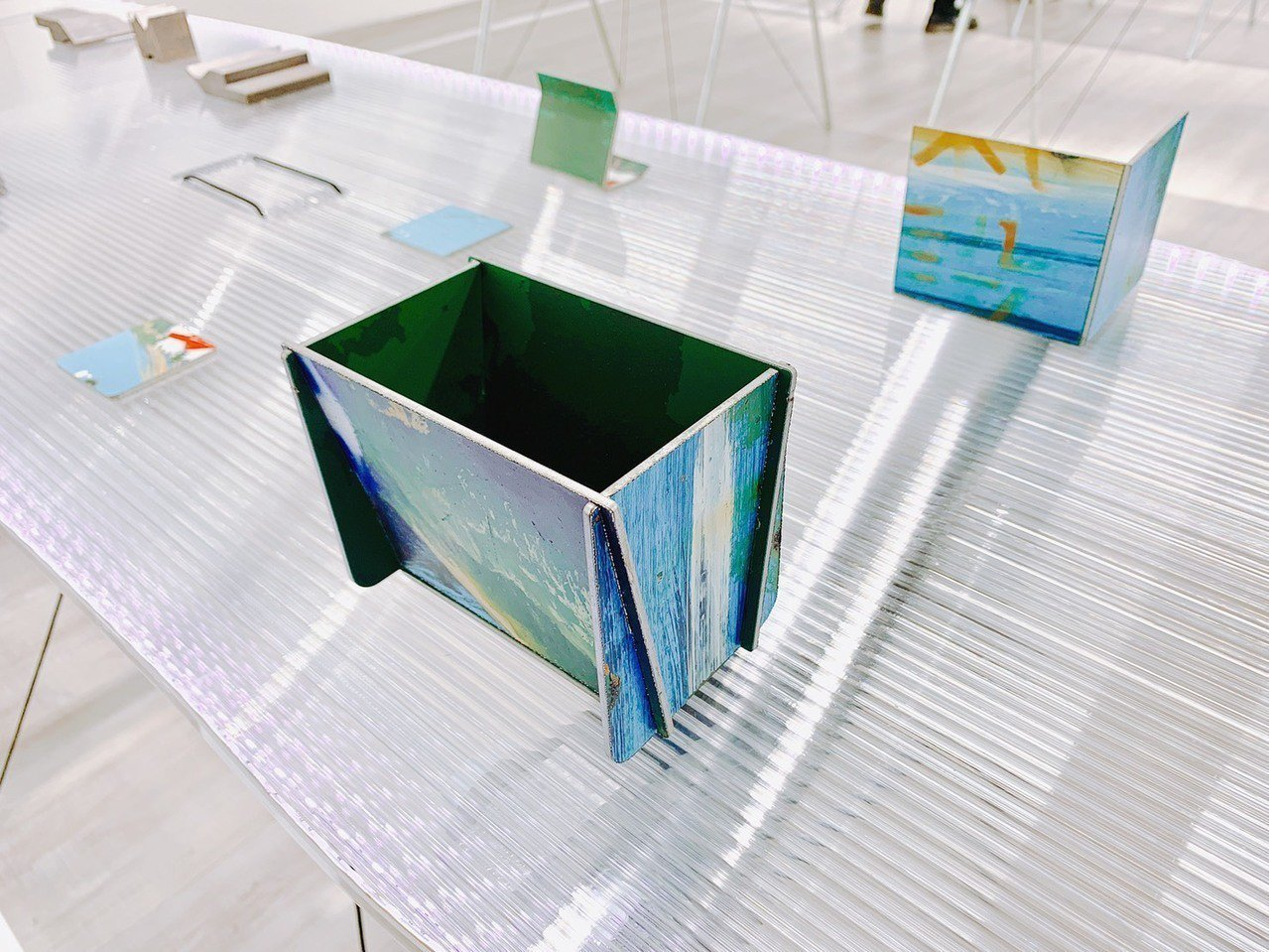台電文創特展開幕,首次公開變電箱最新文創企畫,如廢棄變電箱裁切作為手機架、書擋、...