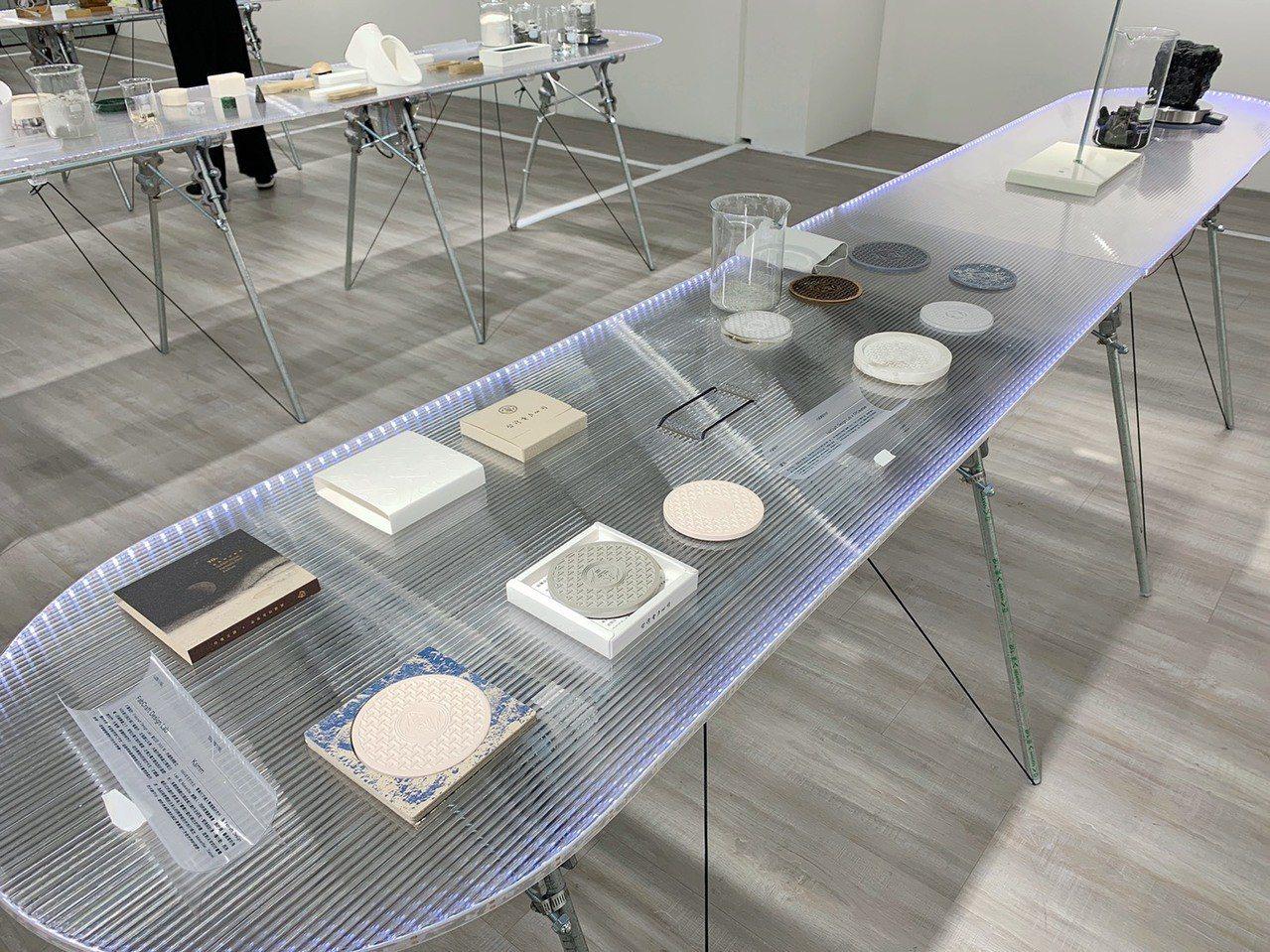 台電舉辦文創特展,秉持無一次性垃圾及再利用,產品展示台即以電線的拉線夾板作支撐架...