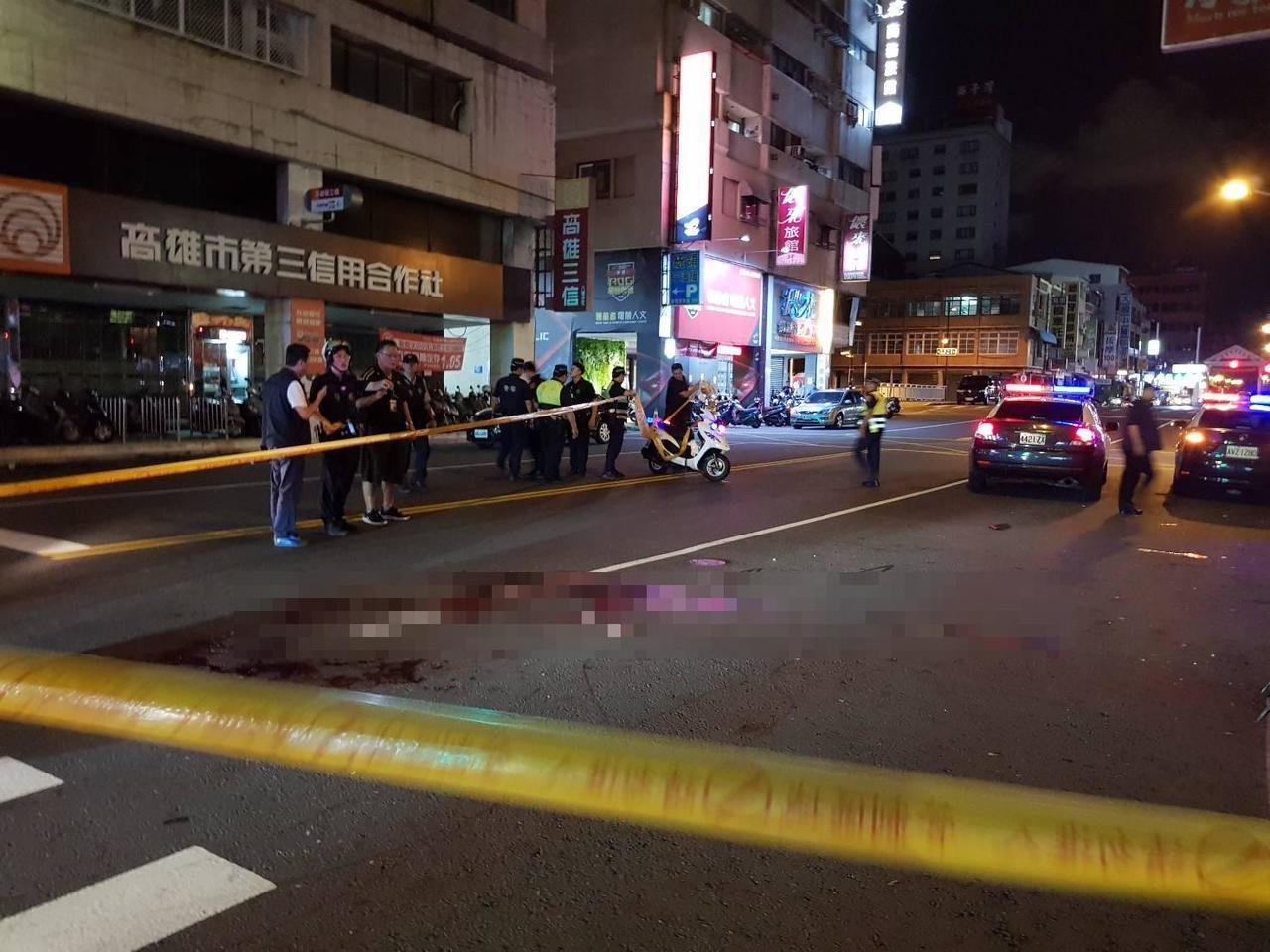 陳姓男子涉嫌刺殺勸架的人,警方在街頭拉起封鎖線。記者林保光/翻攝