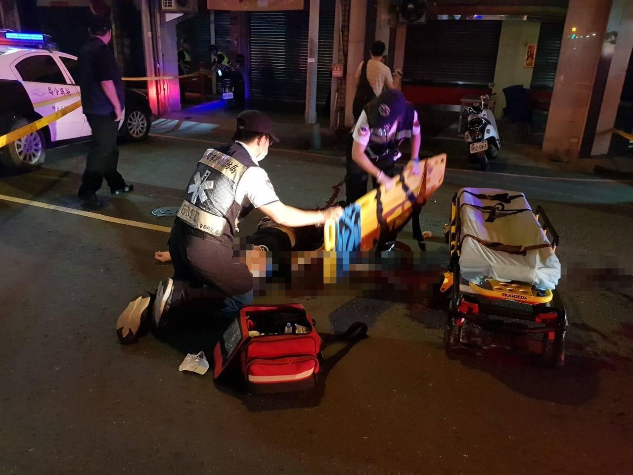 陳姓居民遇刺倒地,滿地是血,救護人員正搶救他。記者林保光/翻攝