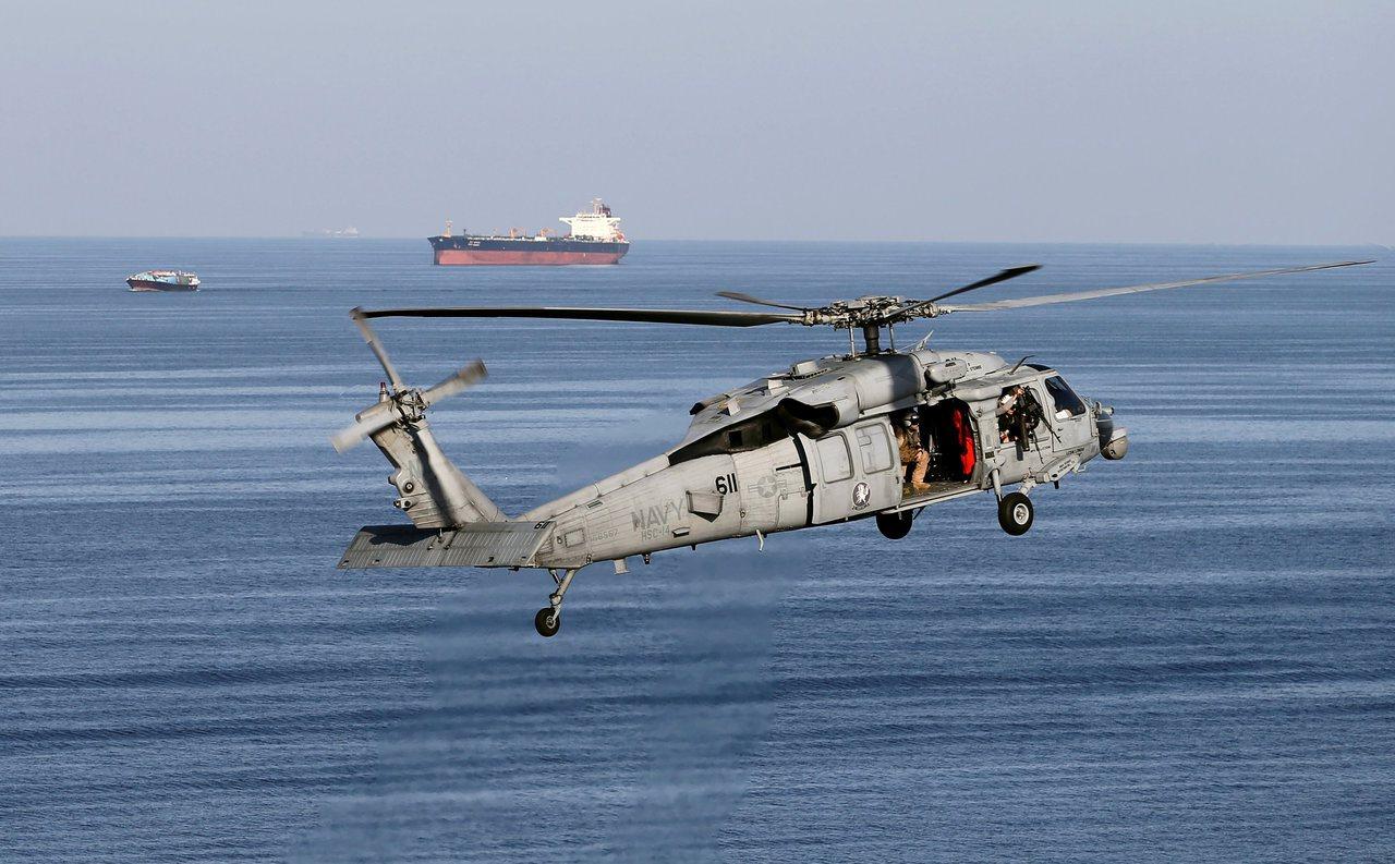 據說伊朗如今在波斯灣運油路線上發動攻擊,美國被迫升高戒備。圖為美國MH-60S海...