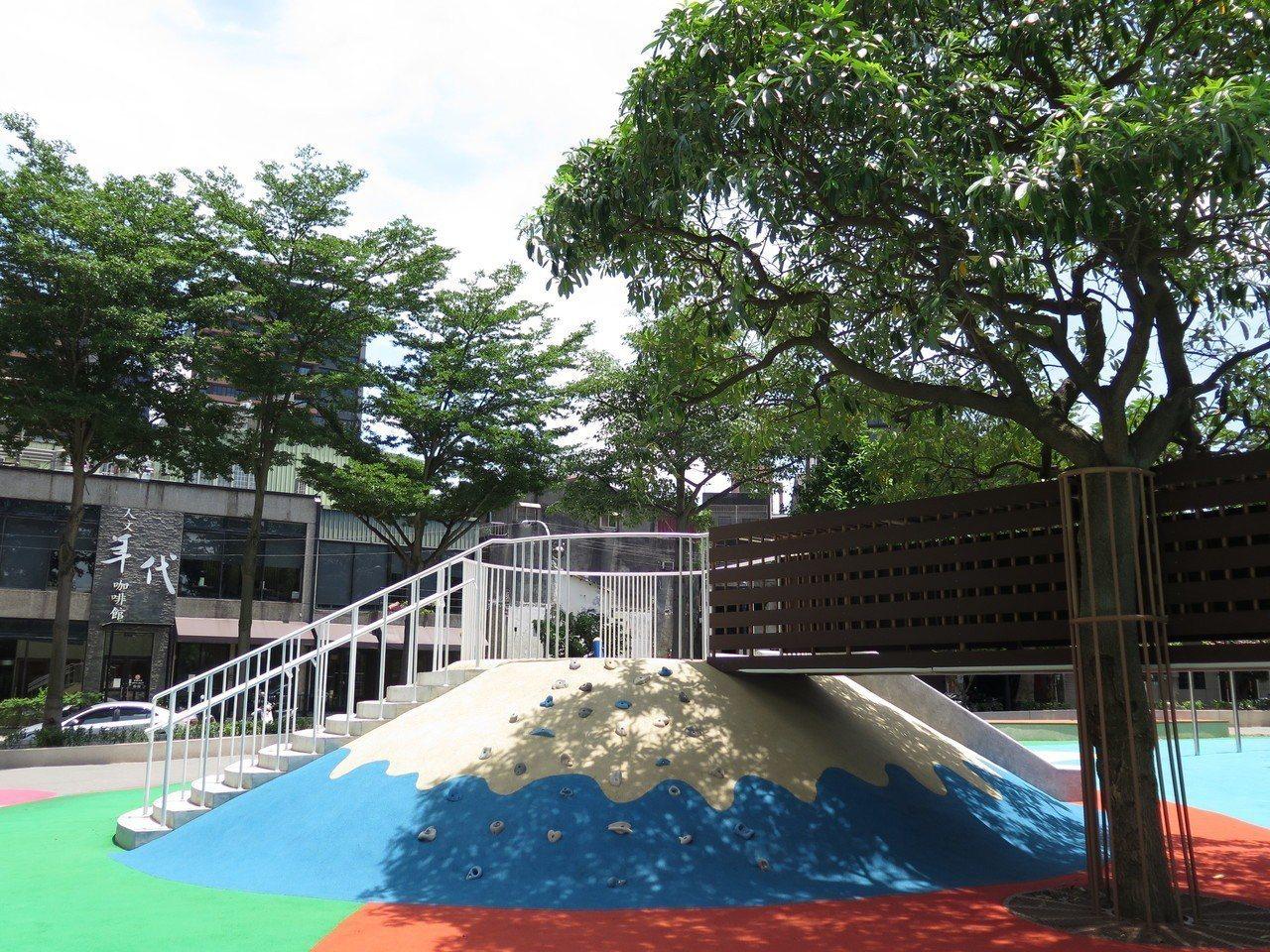 桃園區民族公園歷經多月翻新改建,公園內多了一座富士山造型的遊戲設施,可玩滑梯、攀...