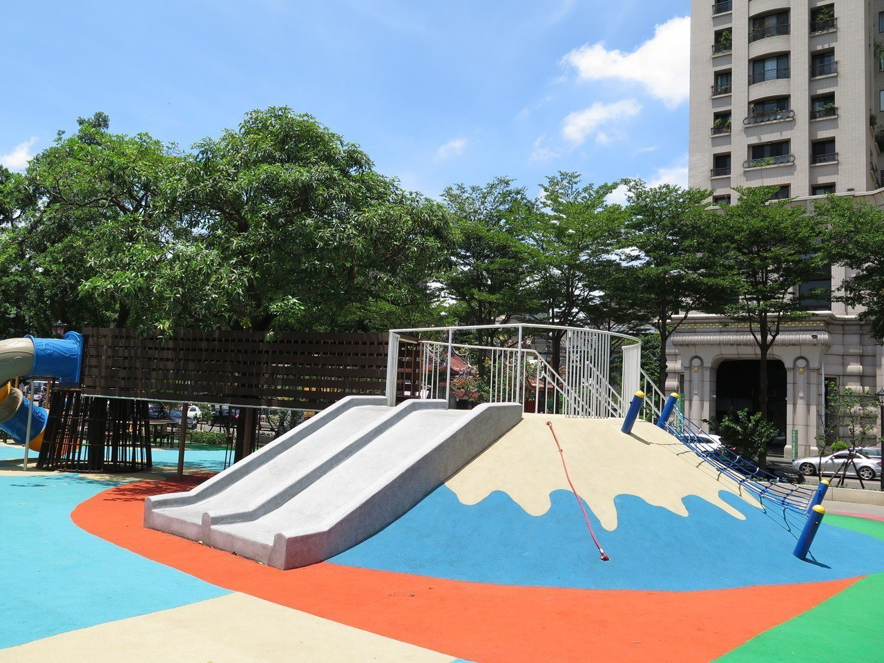桃園區民族公園歷經多月翻新改建,公園內多了一座富士山造型的遊戲設施,一旁還有乘涼...