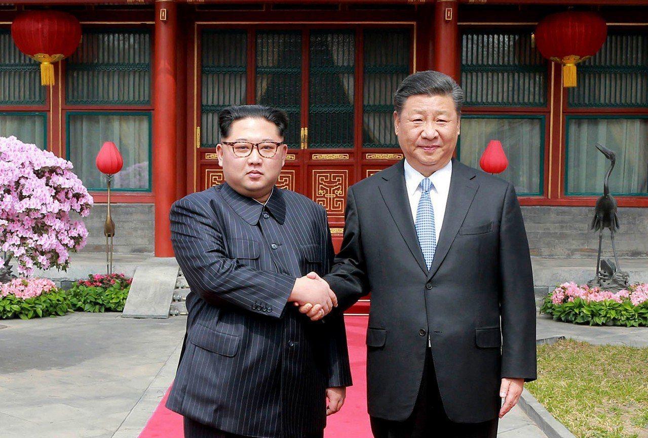 中國大陸國家主席習近平20日起訪問北韓兩天。圖為北韓領導人金正恩(左)去年3月訪...
